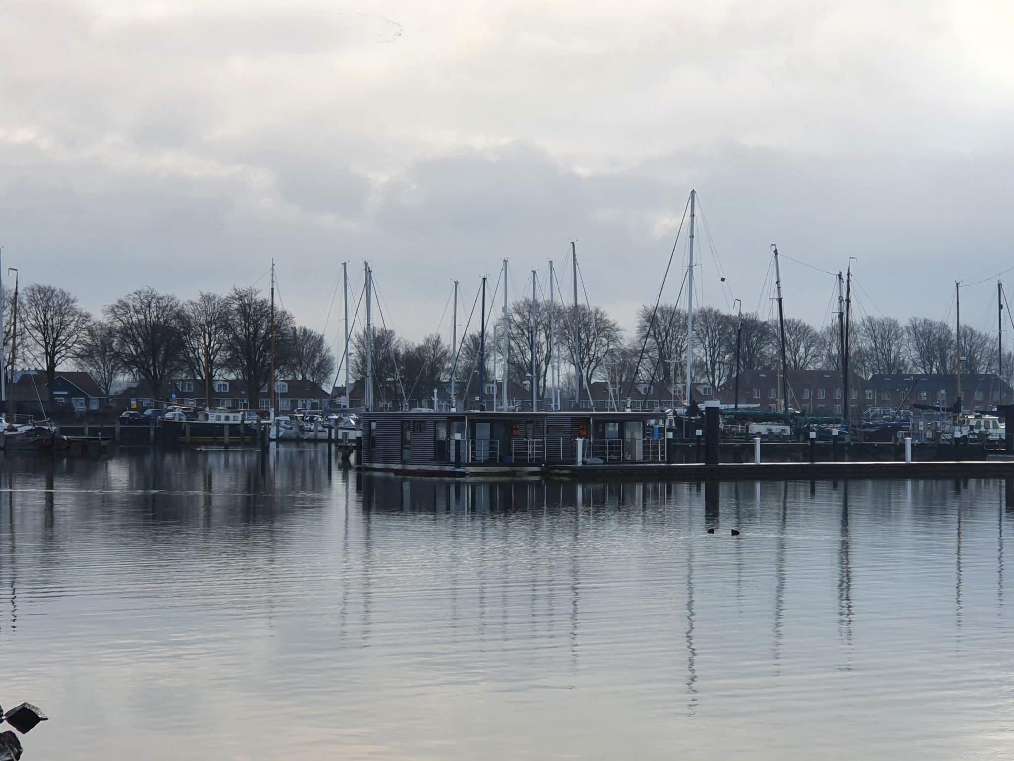 Mermaid-Hausboote_im_Herbst_2